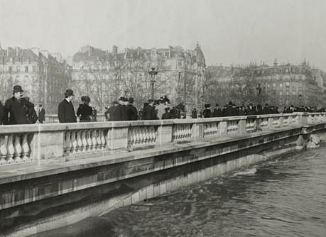 INONDATION. 1910. PARIS. LE PONT DE L'ALMA